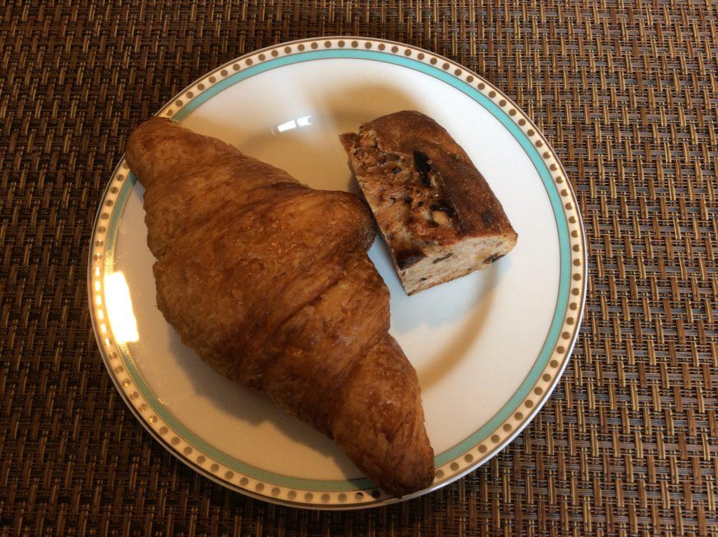 クロワッサン、いちじくとくるみのパン