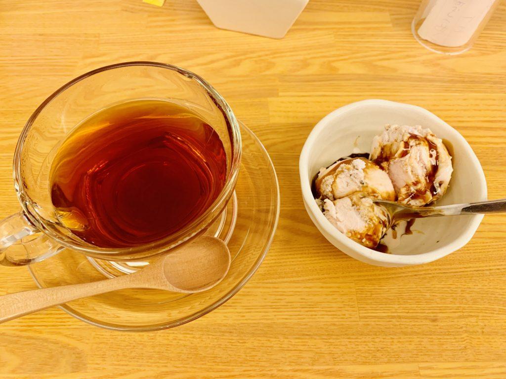 セットドリンクの紅茶とインスタキャンペーンでいただいた桜アイス
